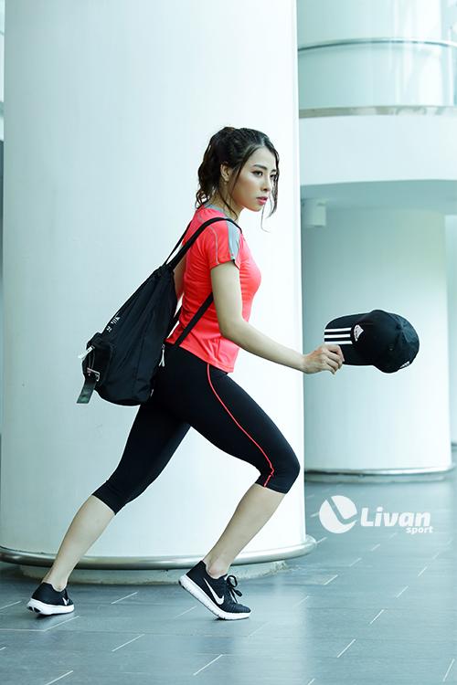 Quần legging màu đen gân cam đồng điệu với áo giúp bộ đồ trở nên hoàn hảo