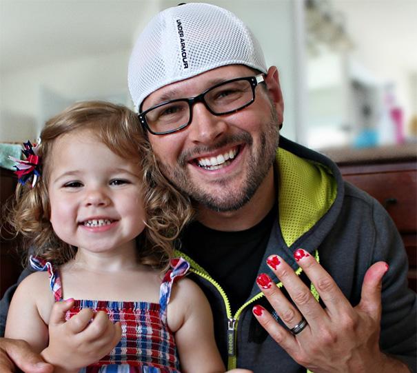bố và con gái sơn móng tay cho nhau 2