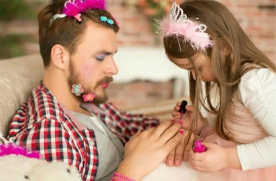 Bố và con gái sơn móng tay cho nhau
