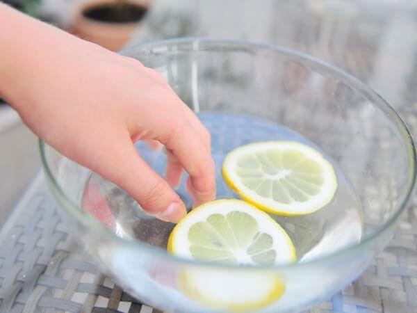 ngâm móng trong nước cốt cam giúp móng mềm mại hơn