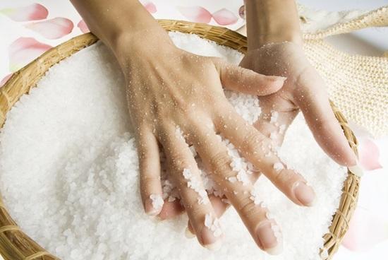 nước muối ấm có tác dụng rất tốt cho những bộ móng ngắn