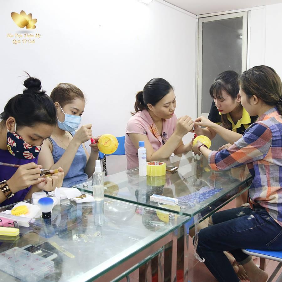 học nail chuyên nghiệp lại được hỗ trợ đồ nghề