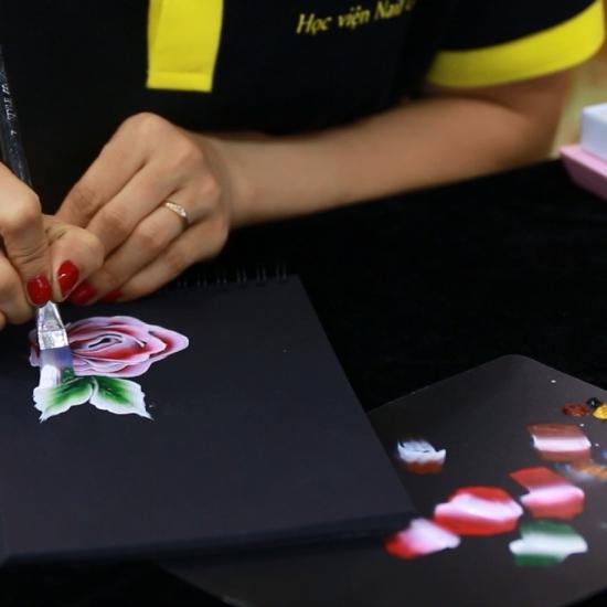 Học vẽ móng bằng cọ bản trên trên bảng đen
