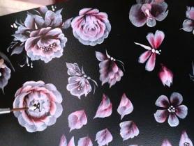 Học vẽ móng bằng cọ bản trên bảng đen