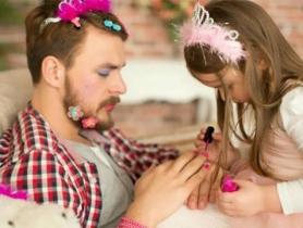 Chuyện lạ có thật: Bố và con gái sơn móng tay cho nhau